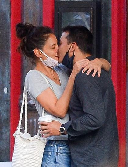 Katie Holmes hôn tình trẻ Emilo Vitolo trước nhà hàng nơi anh làm việc. Ảnh: Image Direct.