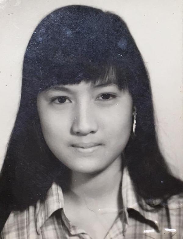 Hiền Mai 18 tuổi vẫn bị mẹ đánh đòn khi nói dối mẹ đi học để sang nhà bạn thân trượt patin. Lúc này chị học năm nhất Đại học Sư phạm TP HCM.