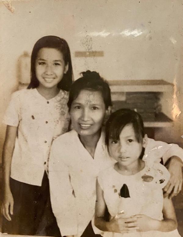 Hiền Mai (phải) bên mẹ năm lên sáu tuổi.