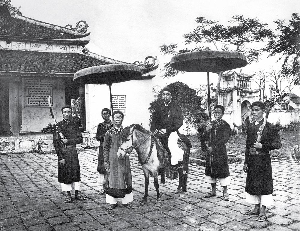 Quan chức thời xưa ở miền Bắc thường di chuyển bằng ngựa, có lọng che hai bên cùng đoàn tùy tùng.