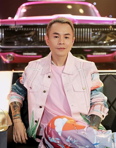 Binz khi làm huyến luyện viên chương trình Rap Việt. Ảnh: Vie Channel.