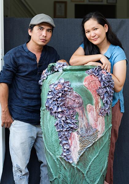 Đôi vợ chồng họa sĩ với chiếc bình tâm đắc Mộng dưới hoa.