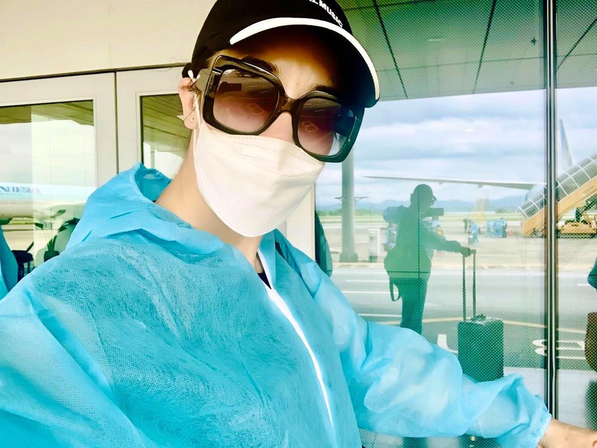 Thu Phương mặc đồ bảo hộ trong suốt chuyến bay để đảm bảo an toàn. Ảnh: Thu Phương.