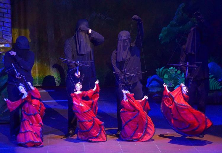 Vở kịch áp dụng nhiều hình thức múa rối.