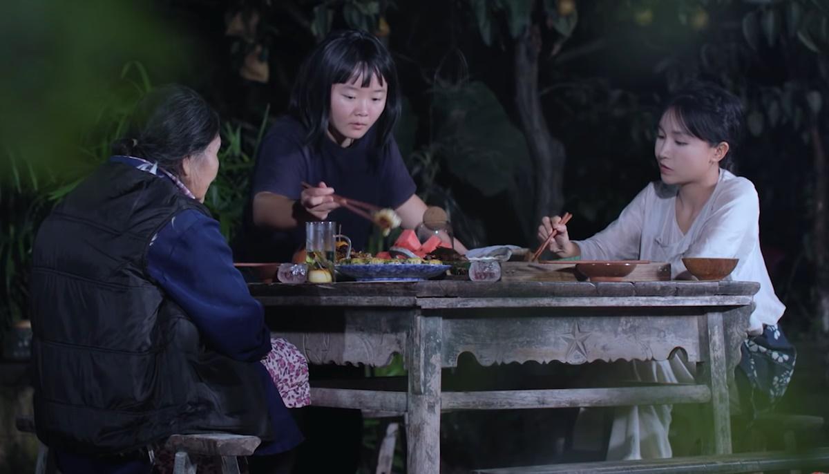Lý Tử Thất (áo trắng) thưởng thức bữa tối cùng bà (trái) và nhân viên. Ảnh: Weibo.