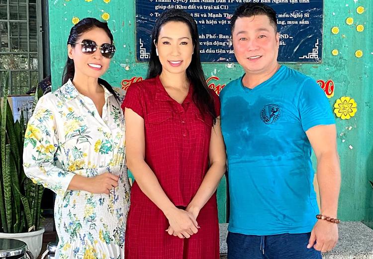Từ phải qua: tài tử Lý Hùng, nghệ sĩ Trịnh Kim Chi, diễn viên Lý Hương thăm Viện dưỡng lão hồi