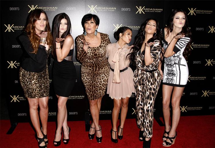 Gia đình Kardashians năm 2011. Từ trái qua: Khloe, Kylie, Kris, Kourtney, Kim và Kendall. Ảnh: AP.
