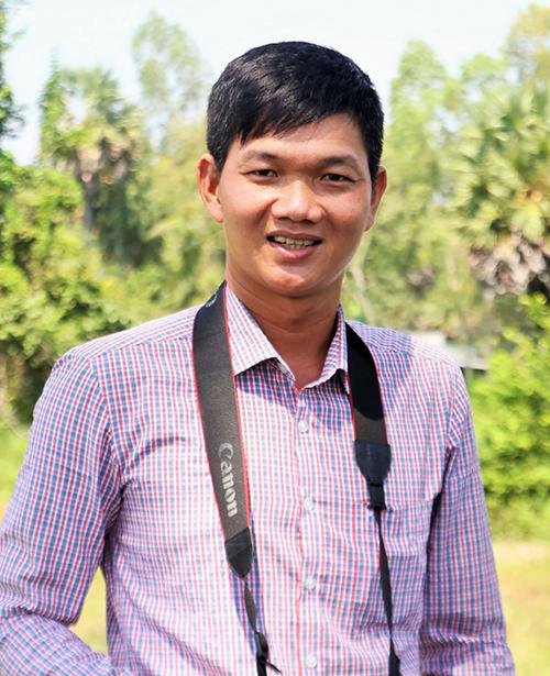 Nhà văn Trương Chí Hùng. Tác giả sinh năm 1985 tại con sông Vàm Nao của An Giang. Tâm hồn anh luôn tràn ngập hồi ức về  năm tháng tuổi thơ bên con sông quê. Anh là giáo viên, thích đi du lịch khám phá, tìm chất liệu thực tế cho các trang viết. Ảnh: Trương Chí Hùng
