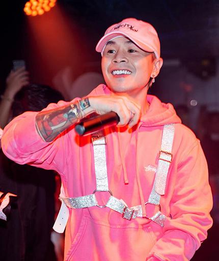 Binz trong buổi biểu diễn hồi tháng 7. Ảnh: Facebook Binz Da Poet.