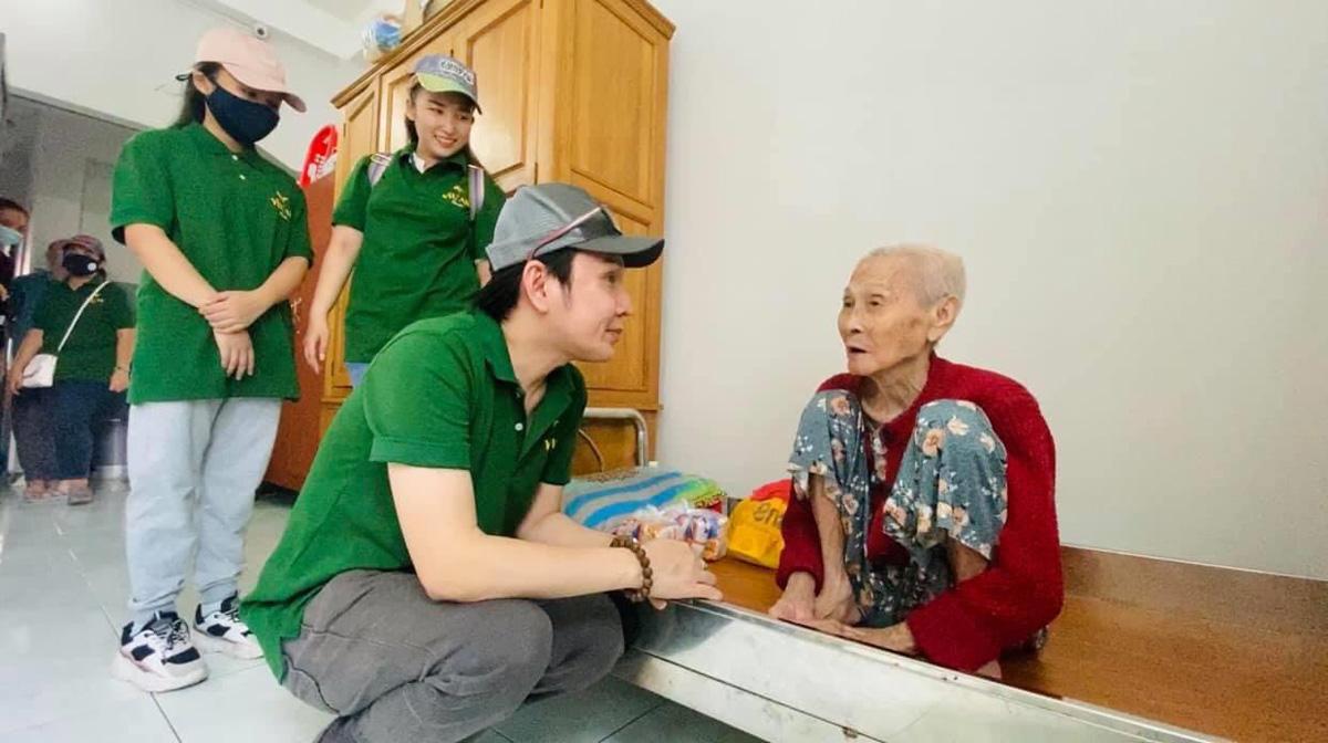 Nghệ sĩ Vũ Luân trong chuyến công tác từ thiện.
