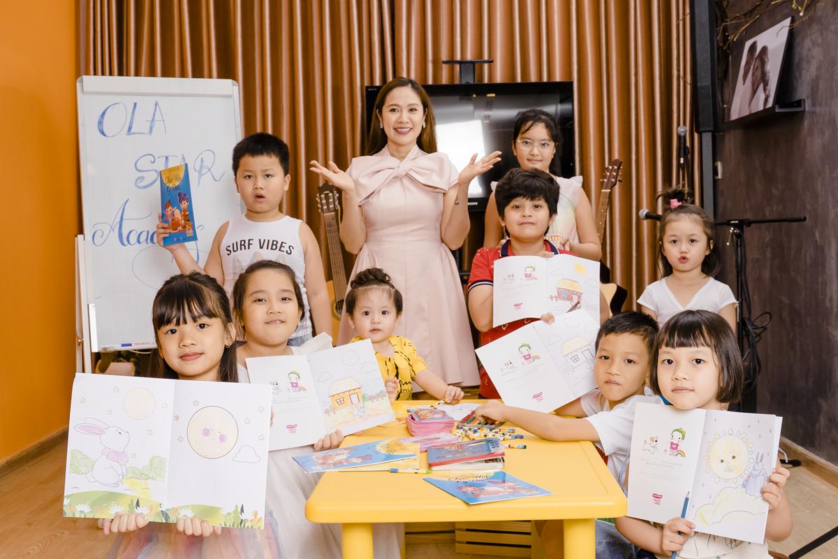 (Diễn viên Thanh Thúy tô màu cùng lớp học Ola Star Academy và hai con trai Cà Phê và Cu Tết.