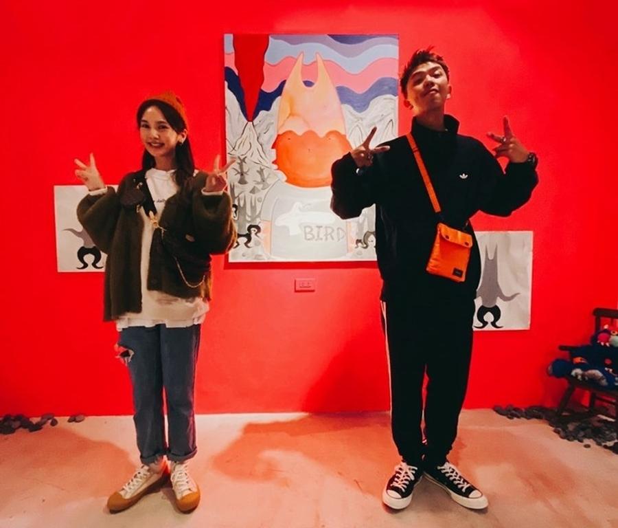 Dương Thừa Lâm (trái) và Hoàng Hồng Thăng tại triển lãm hồi tháng 2. Ảnh: Weibo.