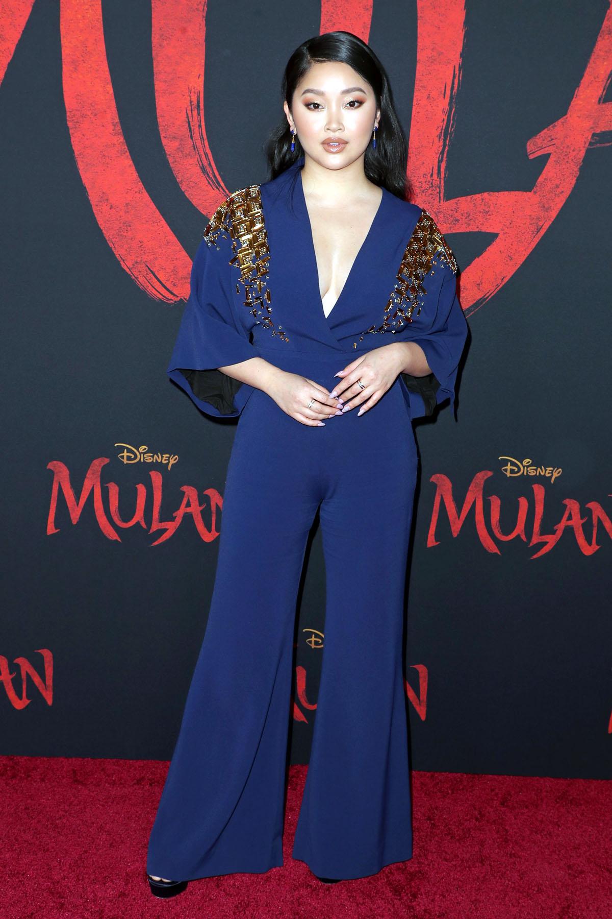 Tại sự kiện công chiếu phim Mulan ngày 3/9, trang Popsugar nhận xét Lana Condor như nữ chiến binh khi diện jumpsuit Antonio Berardi đính hạt vàng, tay áo kimono cách điệu. Diễn viên tạo kiểu tóc uốn xoăn nhẹ, phối trang sức kim cương Lark and Berry. Ảnh: Shutterstock.