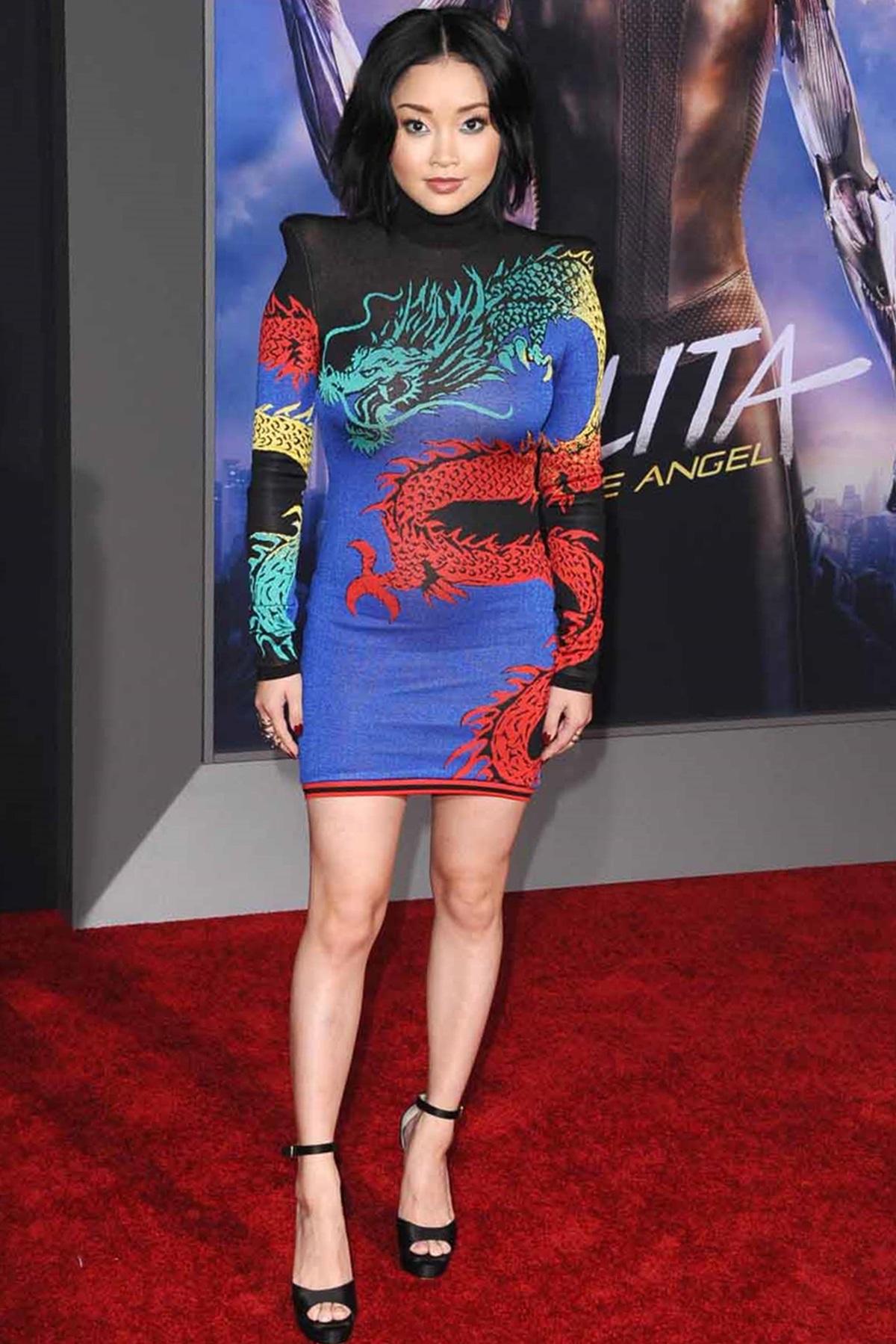 Cô chọn đầm in hình rồng nhiều màu, đậm chất phương Đông của Balmain, kết hợp sandals đen Jimmy Choo tại ra mắt phim Alita: Battle Angel. Ảnh: Startraksphoto.