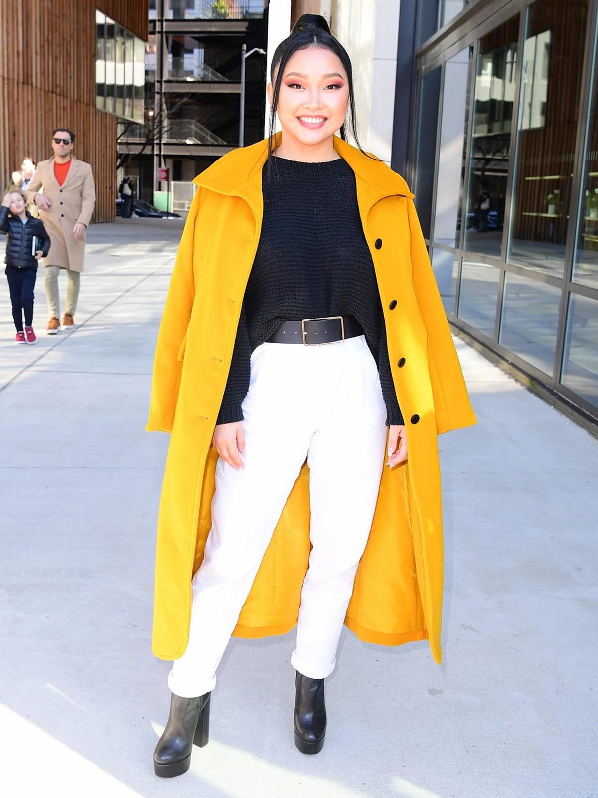 Hồi tháng ba, cô ghi điểm phong cách với áo len phối quần baggy và boots da đen, nhấn vào áo khoác quá khổ màu vàng tươi khi dự sự kiện ở quận Brooklyn (New York, Mỹ). Ảnh: SplashNews.