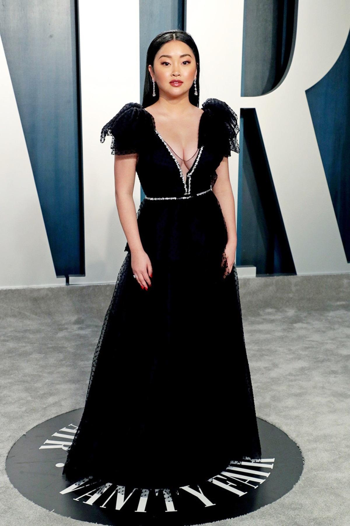 Tại tiệc Vanity Fair Oscar Party 2020, Lana Condor lăng xê đầm dạ hội của  Jenny Packham, nhấn vào chất liệu voan đen, tay bồng, xẻ ngực. Ảnh: Shutterstock.