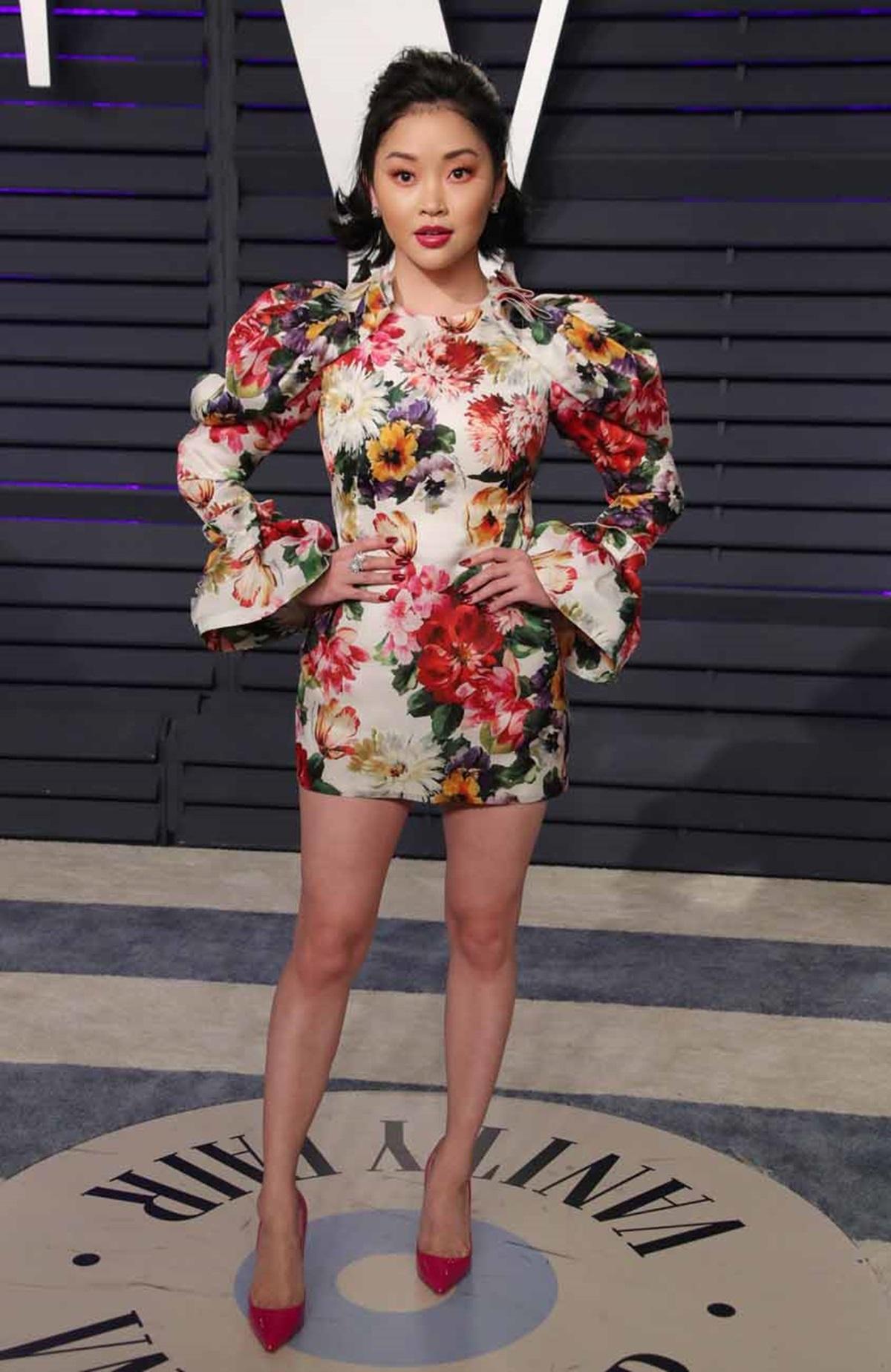 Ở tiệc Vanity Fair Oscar Party năm ngoái, cô mang không khí mùa xuân với thiết kế in hoa Dolce & Gabbana, phối giày đế đỏ Christian Louboutin. Ảnh: Shutterstock.