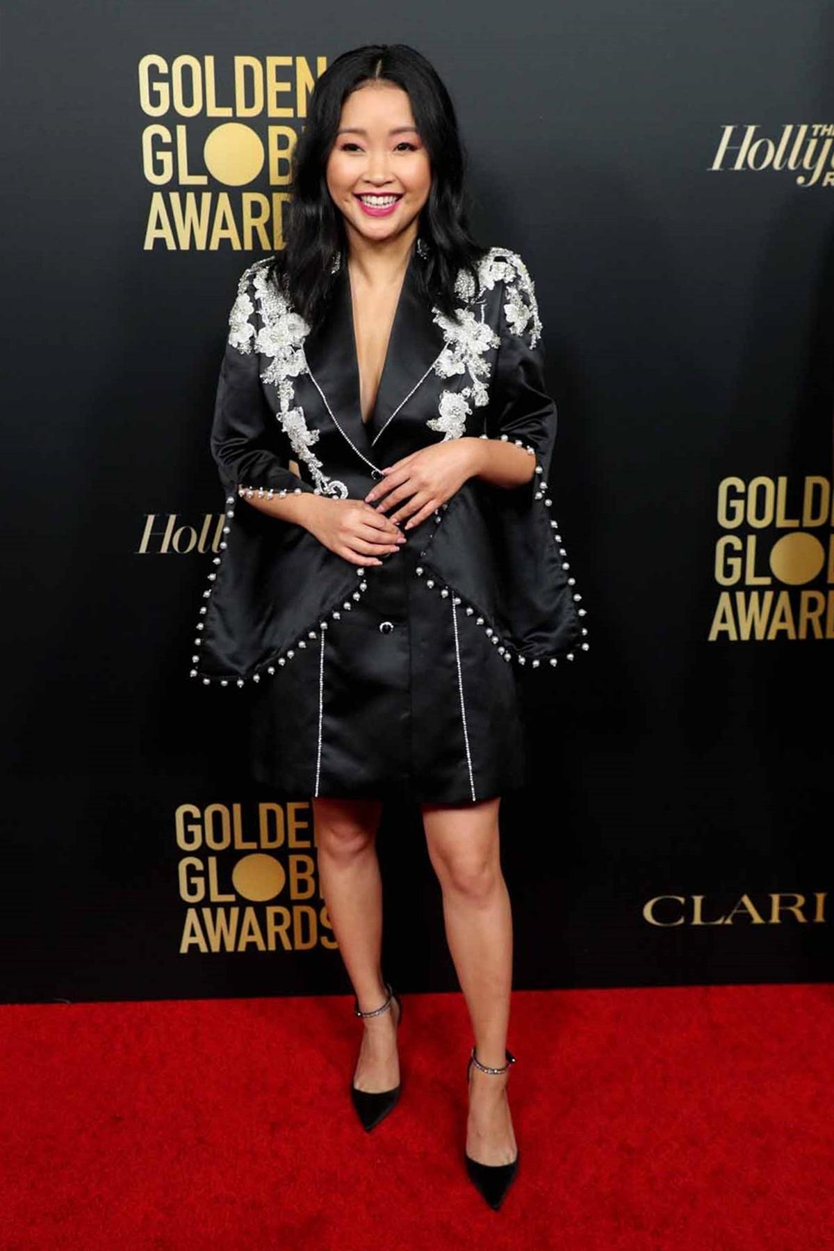 Lana Condor chọn váy lụa đen, thêu hoa văn trắng và cách điệu tay áo, phối giày Jimmy Choo dự thảm đỏ lễ trao giải Quả cầu vàng 2020. Ảnh: Shutterstock.