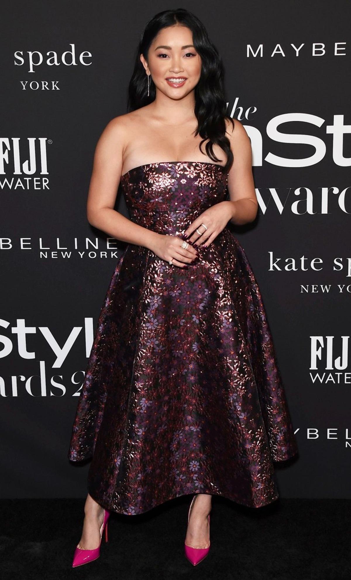 Tại Lễ trao giải InStyle 2019, Lana uốn tóc xoăn nhẹ, khoe vai trần với đầm quây hoa tím Kate Spade. Ảnh: Shutterstock.