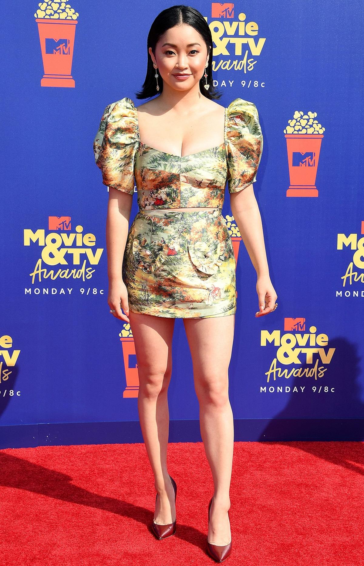 Cô chọn set váy áo ngắn Alice McCall, giày Jimmy Choo đỏ đậm tại Lễ trao giải MTV Movie và TV 2019. Ảnh: WireImage.