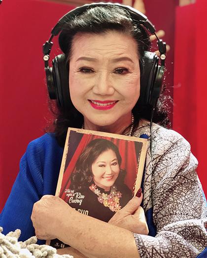 Nghệ sĩ Kim Cương trong phòng thu âm hồi ký. Ảnh: Mai Nhật.