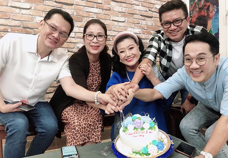 Từ trái qua: nghệ sĩ Hữu Châu, Kim Xuân, Kim Cương, đạo diễn Đạt Phi, nghệ sĩ Thành Lộc tại buổi thu âm hôm 15/9. Ảnh: Mai Nhật.