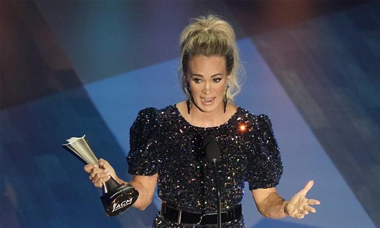 Ca sĩ Carrie Underwood nhận giải Nhân vật giải trí của năm tại ACMs. Ảnh: AP.