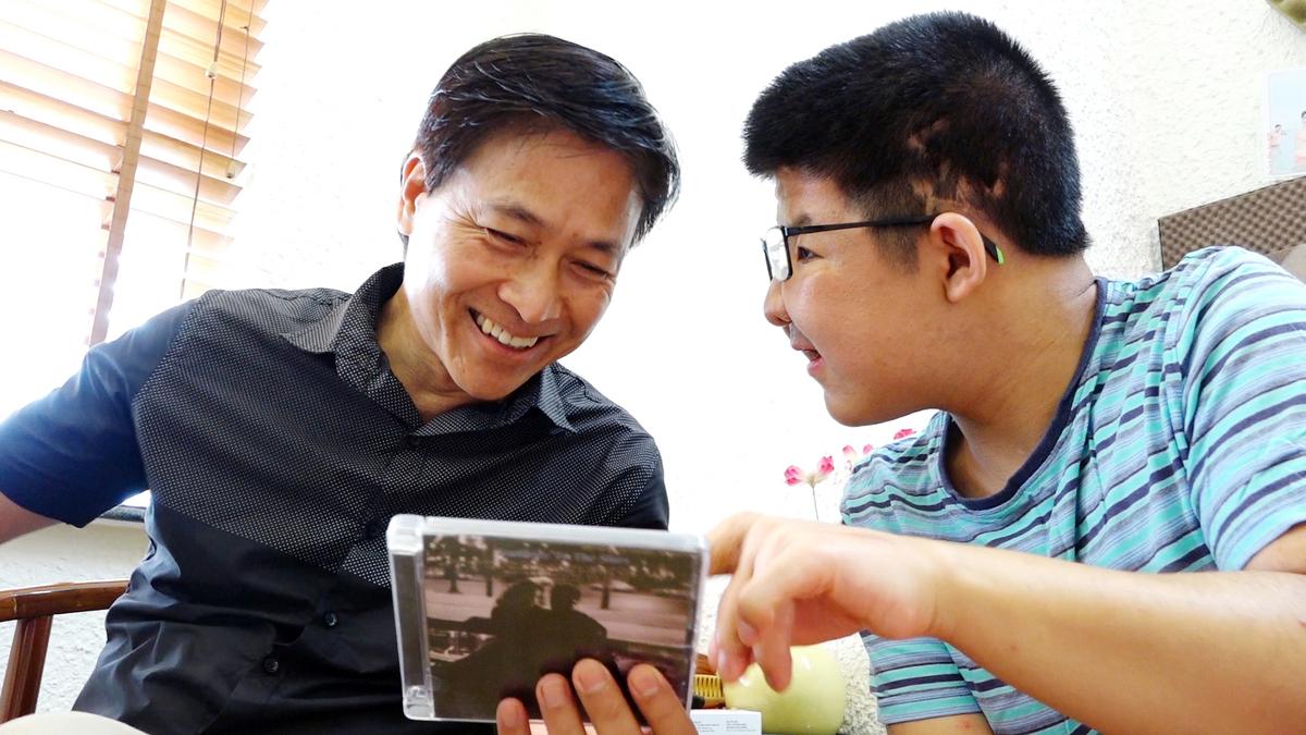 Nghệ sĩ Quốc Tuấn và con trai thường cùng nghe nhạc Jazz mỗi buổi sáng. Ảnh: Văn Lộc.