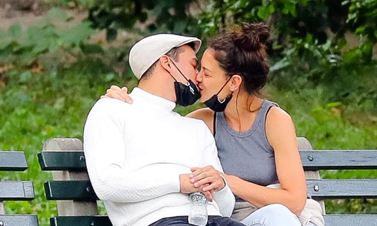 Katie Holmes và bạn trai Emilio Vitolo tại công viên ở New York hôm 17/9. Ảnh: Splashnews.
