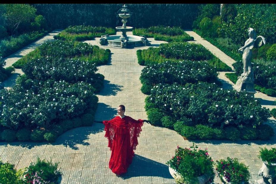 NSND Lê Khanh tạo dáng trong một cảnh quay ở vườn. Khu vườn được xây trên một bãi cỏ nằm trong cung An Định. Ảnh: Mar6.