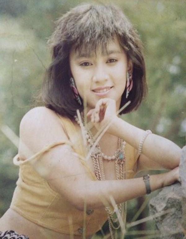 Năm 15 tuổi, Y Phụng được nhiếp ảnh Hoàng Trương đưa lên ảnh lịch, từng nằm trong số các gương mặt được gọi là Mỹ nhân ảnh lịch một thời.Phụng tên thật là Nguyễn Mỹ Thể, sinh năm 1979 tại Sài Gòn. Năm 15 tuổi, cô bắt đầu được chú ý trên sân khấu ca nhạc Sài Gòn khi cover các ca khúc nhạc ngoại. Với điện ảnh, Y Phụng nổi tiếng khi đóng cặp Lý Hùng trong nhiều bộ phim như Riêng chỉ có anh, Đời vũ nữ, Bên dòng sông Trẹm... Nữ diễn viên được ví là quả bom sexy của làng điện ảnh Việt thời đó. Cô từng hẹn hò diễn viên Lý Hùng và chia tay. Năm 2005, Y Phụng kết hôn và sang Mỹ định cư. Y Phụng kết hôn lần hai năm 2016 tại Mỹ có một con gái - bé Paris (ba tuổi).