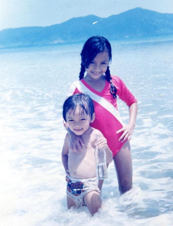 Hai chị em diễn viên theo bố mẹ đi hát ở Ninh Chữ.