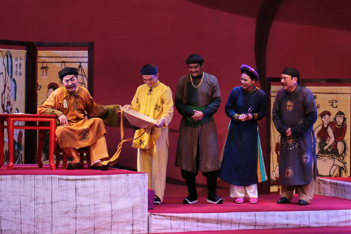 Nhà thiết kế Sĩ Hoàng (ngồi, bìa trái) đóng vai ông quan nhận hối lộ. Ảnh: Quỳnh Quyên.