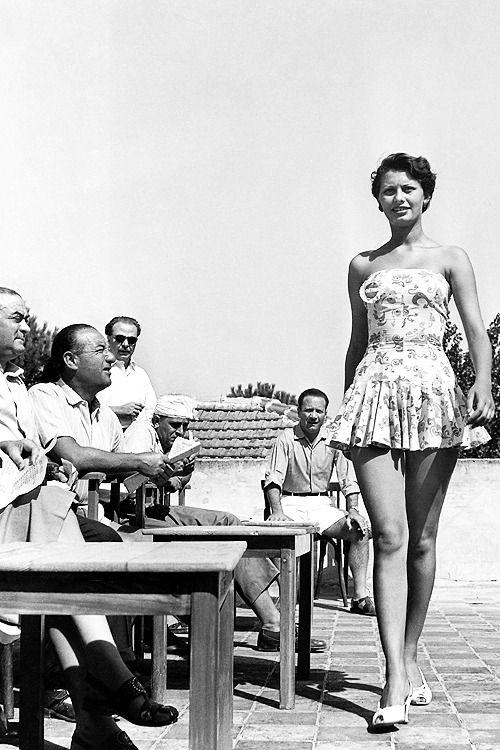 Sophia Loren sinh ngày 20/9/1934 tại Rome, Italy, tên thật Sofia Villani Scicolone. Trước khi đóng phim, bà tham gia giải Hoa hậu Italy (1950) khi mới 15 tuổi. Bà vào chung chết, đạt danh hiệu Hoa hậu Thanh lịch. Ảnh: tornandfrayed - Pinterest