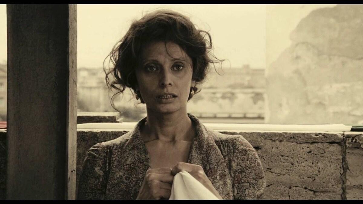 Sophia Loren trong A Special Day (1977). Loren vào vai nội trợ, có chồng là lính Quốc xã. Phim giành giải Quả cầu Vàng cho hạng mục Phim Nước ngoài Hay nhất, giúp Loren tiếp tục là sao Hollywood và gặt hái thành công nhiều năm tiếp theo.  Ảnh: Cult Film