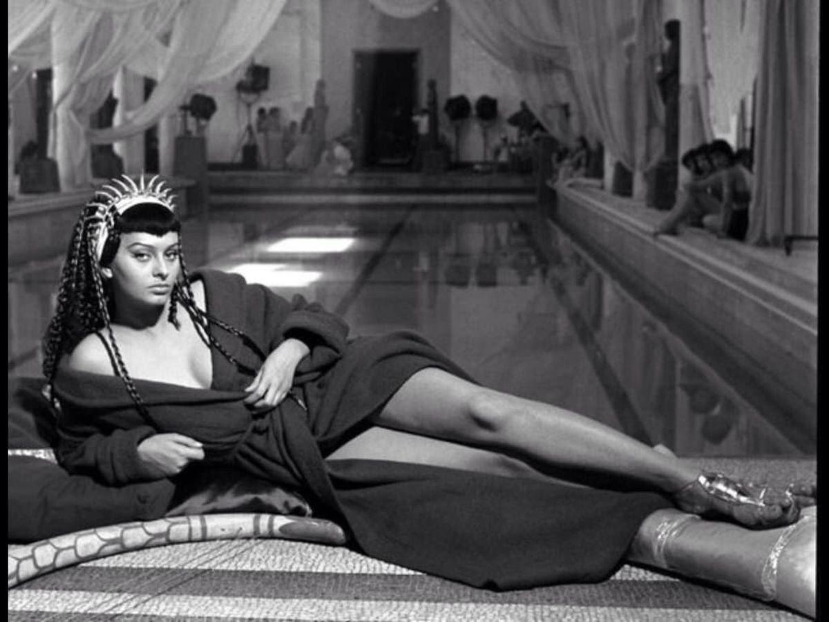 Cảnh nóng đầu tiên của Loren  trong phim Italy Two Nights with Cleopatra (1953). Người đẹp trong vai Nữ hoàng Cleopatra nổi tiếng, bơi khỏa thân giữa hoàng cung. Ảnh: emergerg - Pinterest