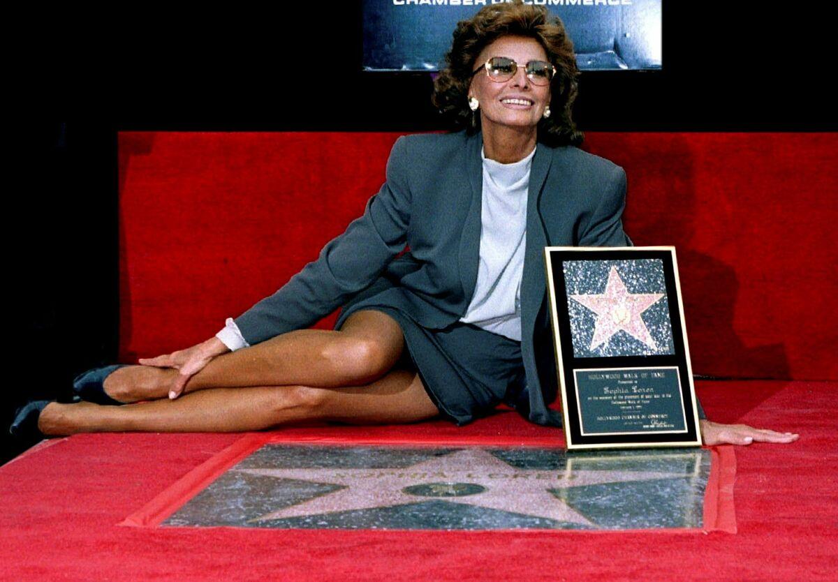 Sophia Loren ghi tên mình trên Đại lộ Danh vọng, 1994. Trước đó, Oscar năm 1991 gọi bà là một trong những báu vật của điện ảnh thế giới. Đến năm 2009, bà tạm ngưng sự nghiệp diễn xuất. Ảnh: Alamy