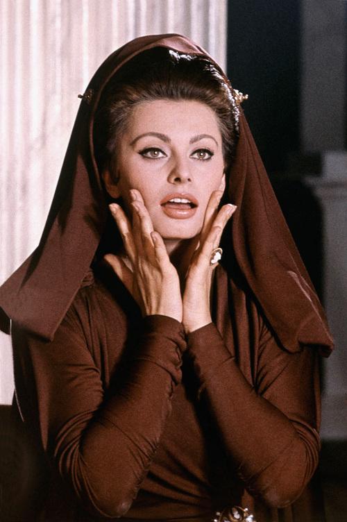 Trong quyển Oscars Favorite Actors: The Winningest Stars, chuyên gia Roger Leslie nhận định Loren là một trong những minh tinh nổi tiếng nhất thế giới. Năm 1964 là thời kỳ đỉnh cao, khi bà nhận 1 tỉ USD để xuất hiện trong phim The Fall of the Roman Empire. Ảnh: Keystone