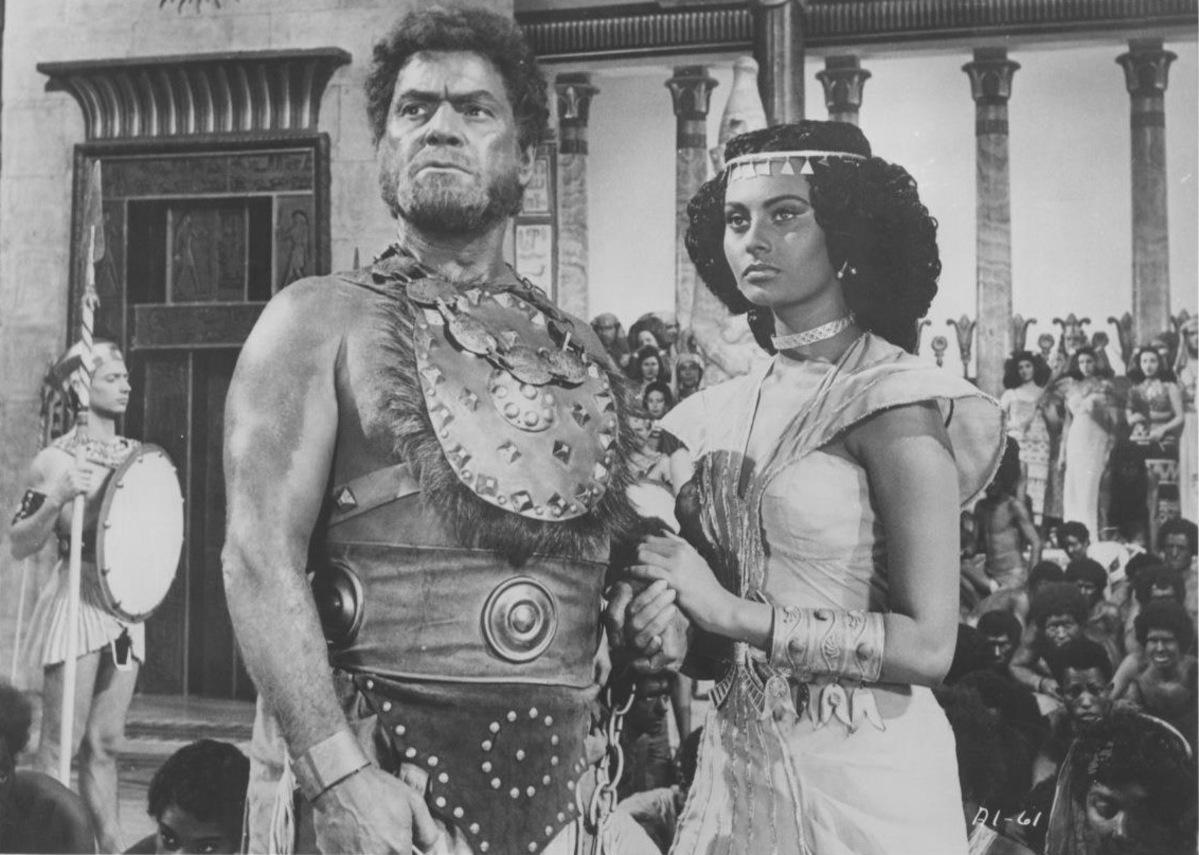 Ở tuổi 17, Loren lấy nghệ danh Sophia Lorrenzo, vào một vai quần chúng trong phim Quo Vadis (1951). Phải đến năm 1953, ông bầu Carlo Ponti mới đổi tên bà thành Sophia Loren, để bà diễn chính trong phim Aida ra mắt cùng năm. Hình tượng nàng nô lệ Aida được giới chuyên môn đánh giá cao. Ảnh: Imdb
