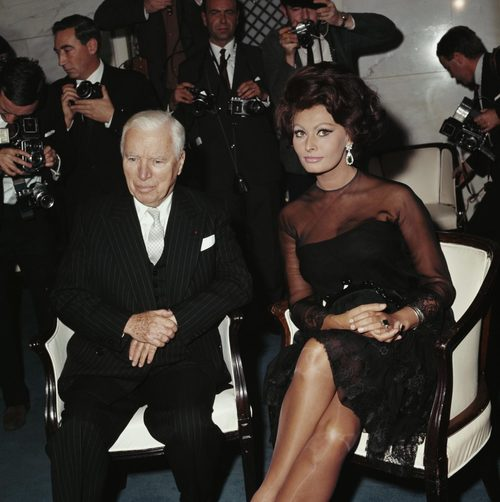 Loren diễn cùng danh hài Sir Charlie Chaplin trong phim cuối cùng của ông - A Countess from Hong Kong (1967). Ảnh: Flashbak