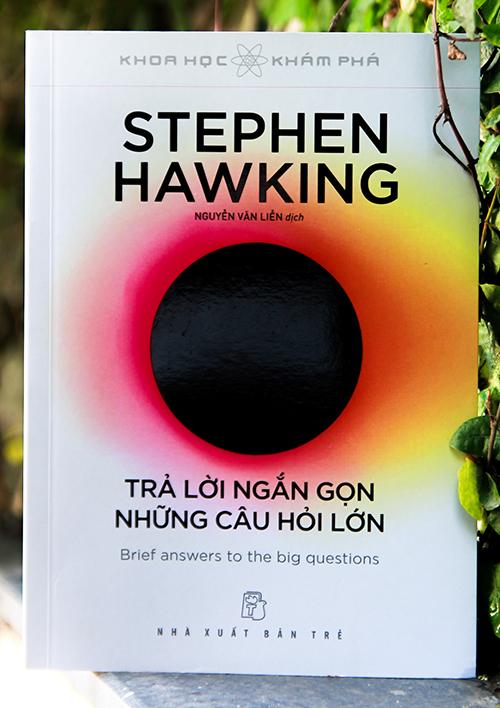 Bìa sách Trả lời ngắn gọn những câu hỏi lớn. Nguyễn Văn Liễn chuyển ngữ, NXB Trẻ phát hành vào tháng 9. Ảnh: NXB Trẻ.