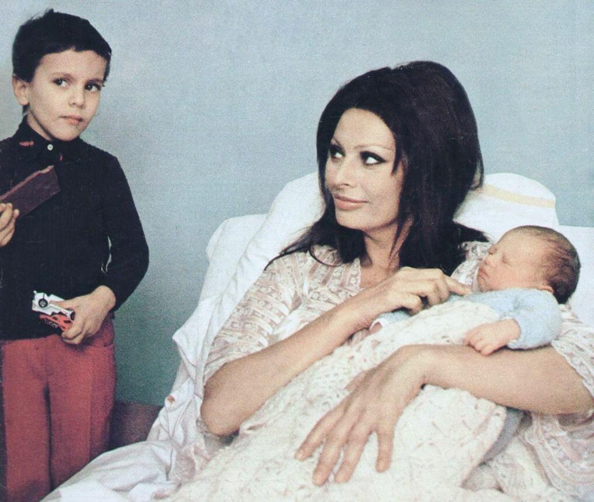 Thập niên 70 chấm dứt thời kỳ Hoàng kim của Hollywood. Sophia Loren lúc này là mẹ đơn thân nuôi hai con - kết quả từ cuộc hôn nhân với ông bầu Carlo Ponti (1957-1962). Gánh nặng gia đình khiến bà ít xuất hiện trên màn ảnh. Từ 1970 - 1980, người đẹp chủ yếu đóng phim tại quê nhà. Ảnh: opalinedream - Pinterest