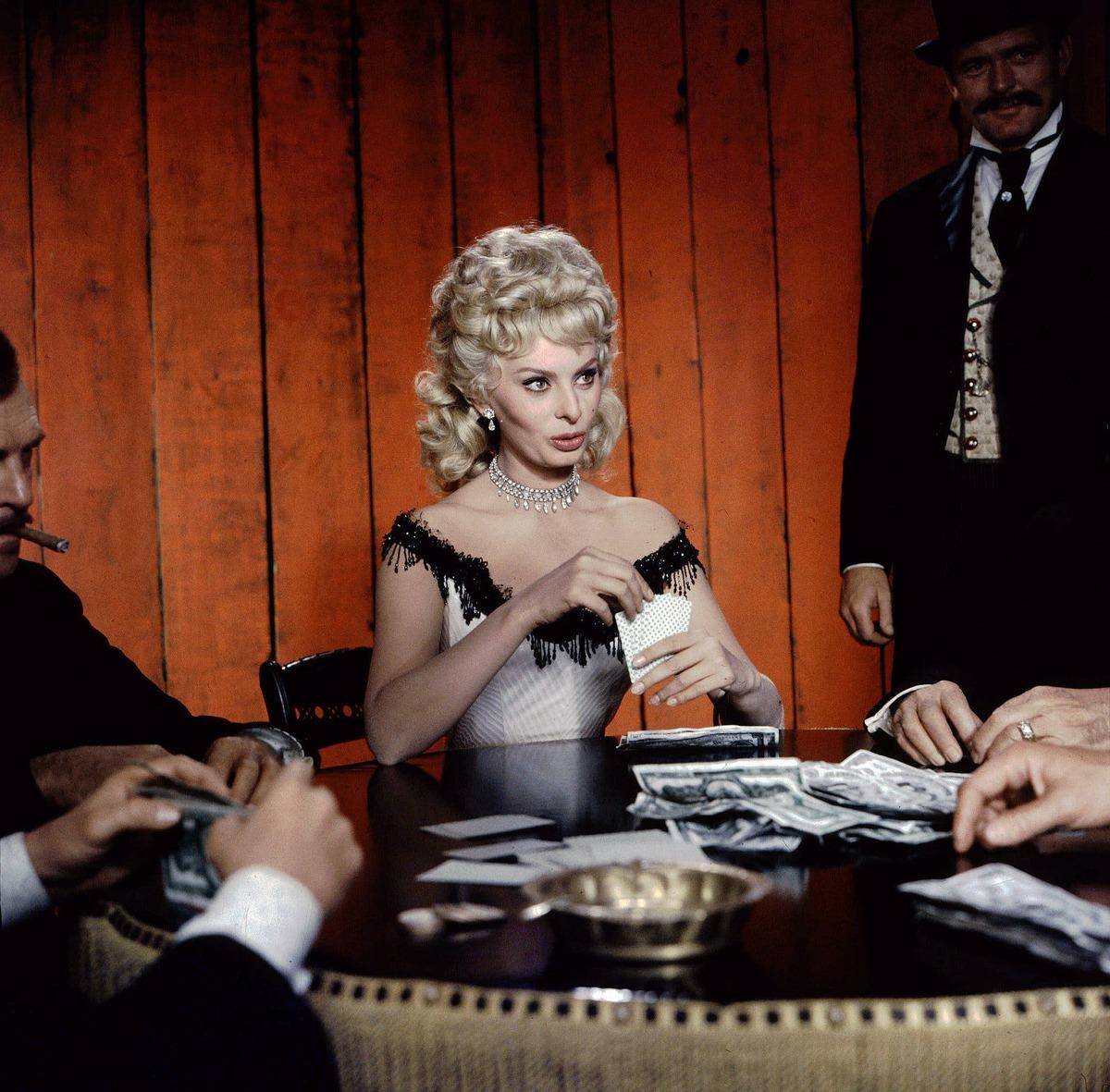 Sophia Loren chuyển sang hình tượng thiếu nữ tóc vàng trong Heller in Pink Tights (1960), George Cukor đạo diễn. Theo New York Time, Cukor yêu cầu bà giảm 9 kg để hợp vai. Ảnh: The New York Times
