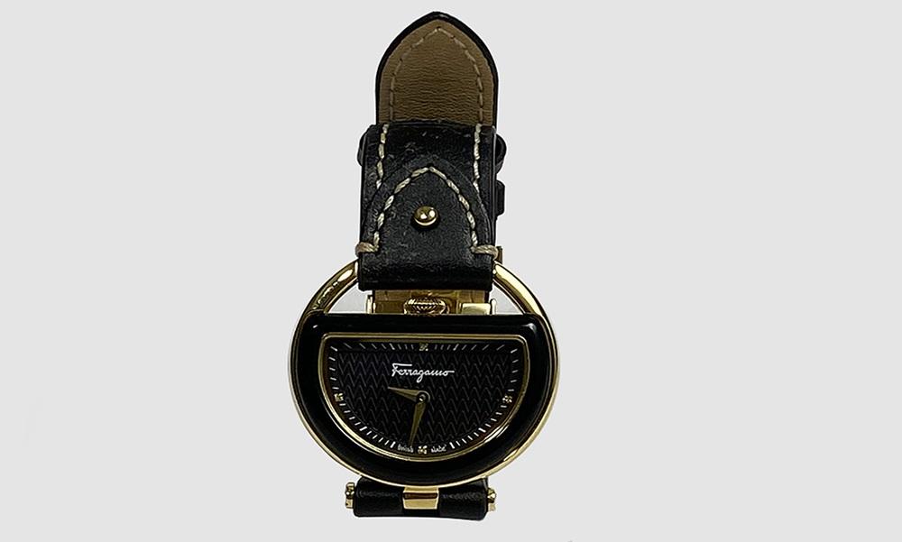 Đồng hồ Salvatore Ferragamo với vỏ bằng thép không gỉ mạ vàng. Dây đeo bằng da màu đen. Mặt kính bằng sapphire chống xước. Sản phẩm có giá 19 triệu đồng.