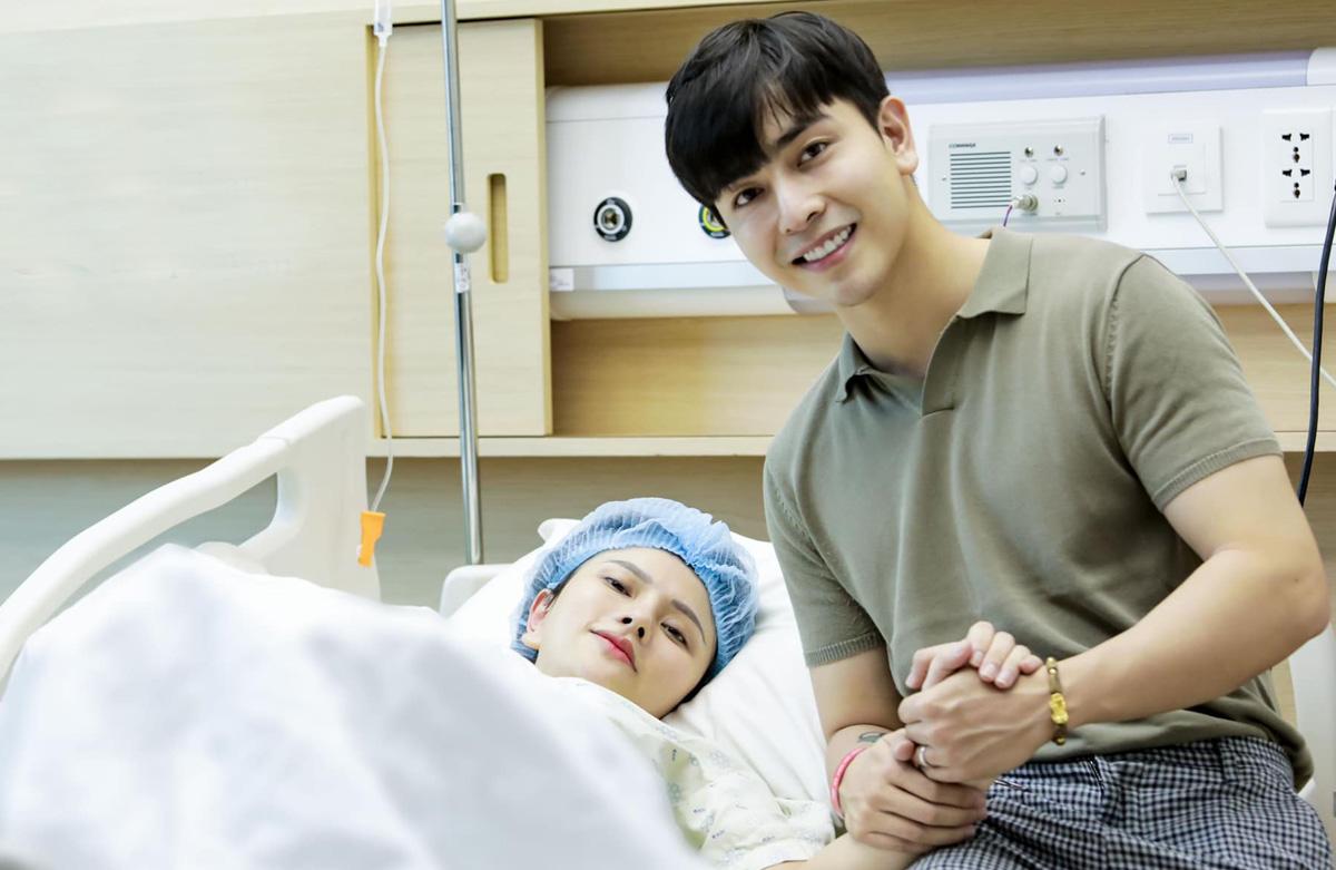 Chồng Thu Thủy  - Kin Nguyễn - động viên vợ trước khi sinh con gái. Ảnh: Nhân vật cung cấp.