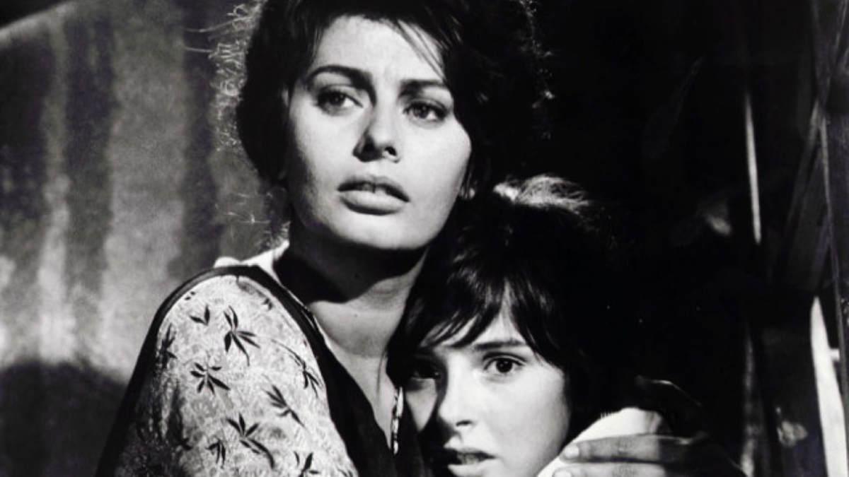 Riêng Sophia Loren không muốn được khán giả biết đến như bình hoa di động. Bà thử một vai người mẹ đơn thân Cesira, bảo vệ con gái 12 tuổi khỏi chiến tranh tàn khốc trong phim Italy Two Women (1962). Bà chiến thắng 6 giải thưởng điện ảnh, trong đó có Oscar và Cannes, cho hạng mục Nữ chính Xuất sắc nhất. Ảnh: hounddawg