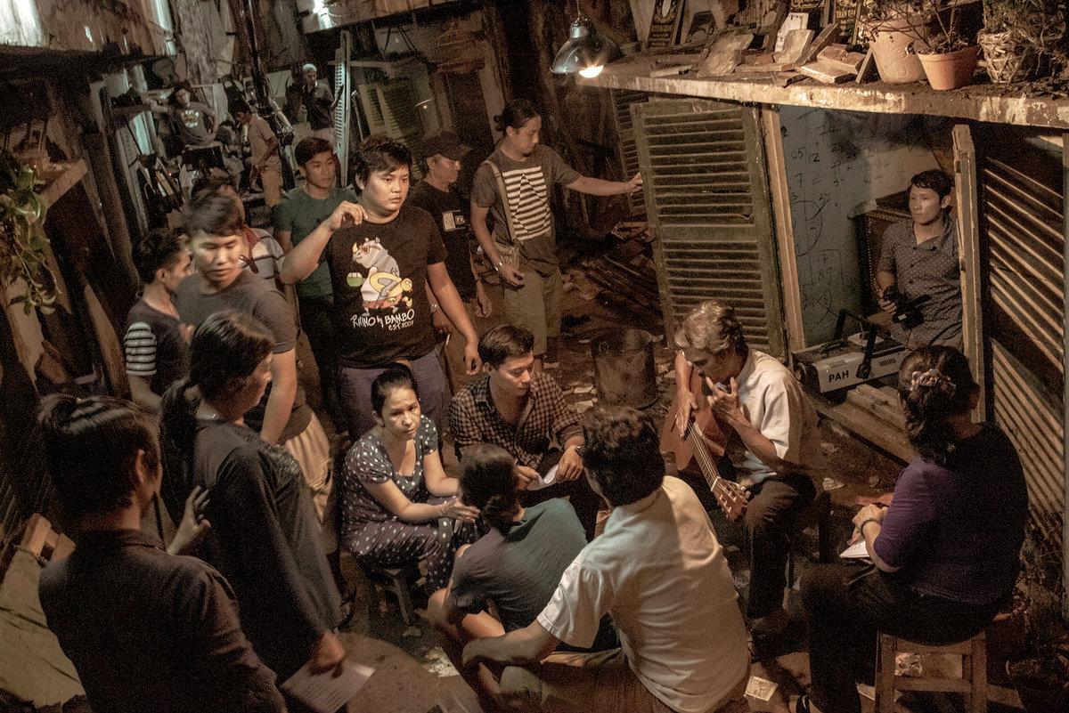 Hậu trường của Ròm. Trần Thanh Huy dùng khu chung cư cũ để tả sự nghèo khổ. Ảnh: CJ Entertainment Vietnam