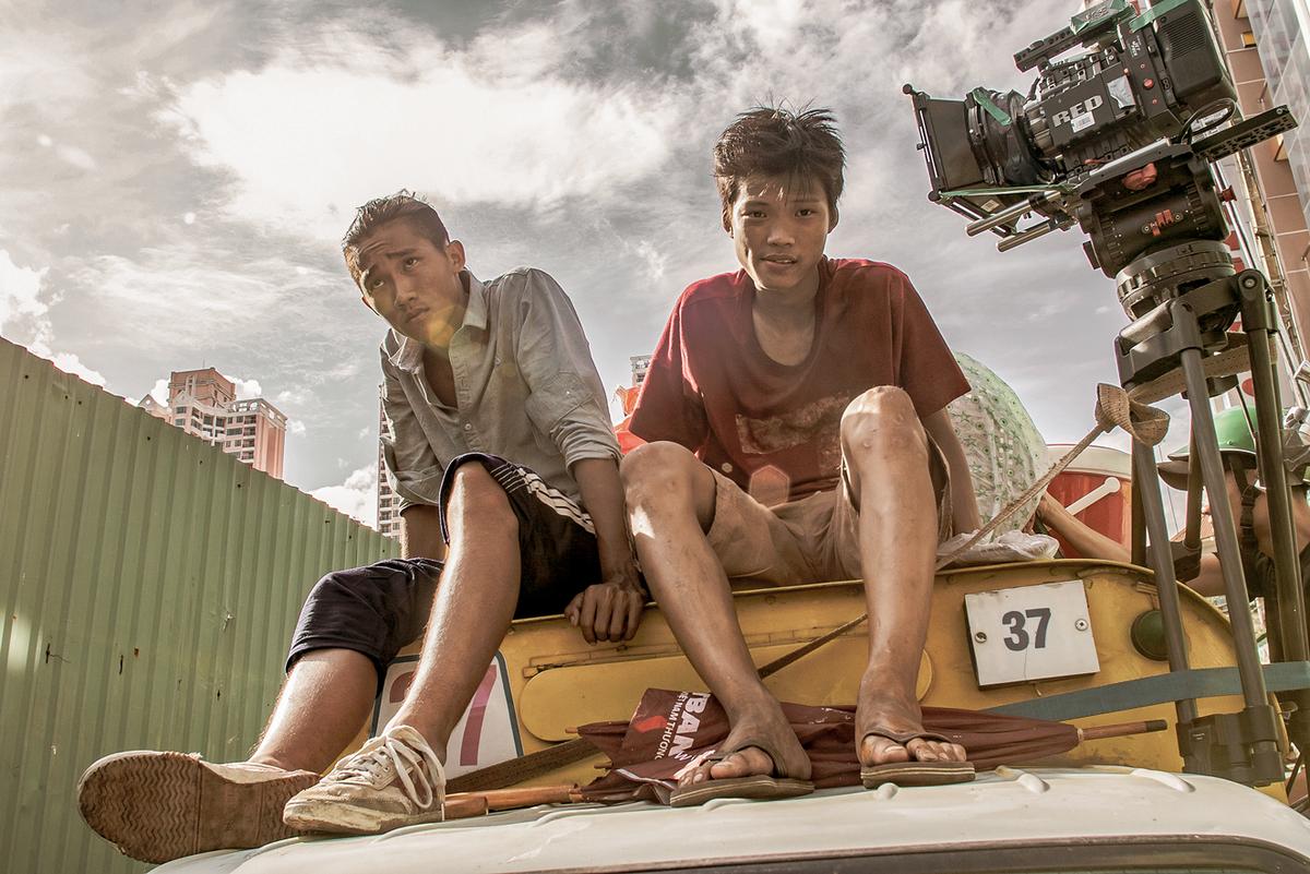 Anh Tú Wilson (trái) và Trần Anh Khoa trong một cảnh quay. Trước 'Ròm', nam diễn viên sinh năm 1998 cũng có dịp tham gia hai phim điện ảnh Việt Nam là 'Thạch thảo' (2018) và 'Đỉnh mù sương' (2020) . Ảnh: CJ Entertainment Vietnam