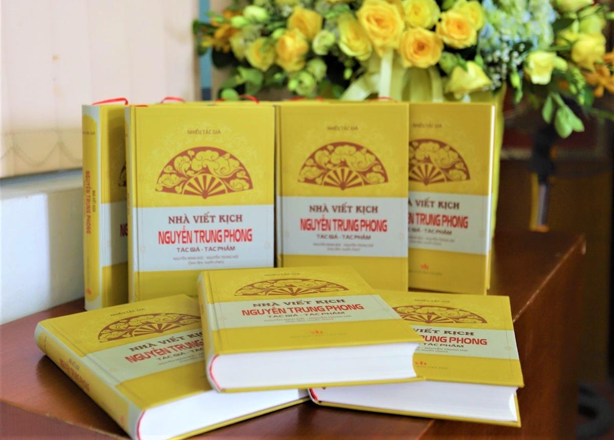 Tác phẩm Nhà viết kịch Nguyễn Trung Phong: Tác giả - tác phẩm do Nhà xuất bản Văn học phát hành, ra mắt sáng 24/9. Ảnh: Thanh Loan.