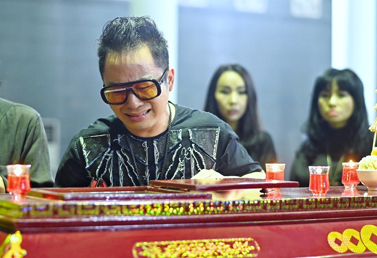 Ca sĩ Tùng Dương khóc khi nhìn mặt cố nhạc sĩ lần cuối. Tùng Dương cho biết anh và nhạc sĩ Phó Đức Phương ở hai thế hệ khác nhau nhưng có mối duyên trong âm nhạc. Anh thể hiện nhiều nhạc phẩm của ông như Khúc hát phiêu ly, Huyền thoại hồ Núi Cốc... và tham gia thực hiện liveshow Bộ tứ sông Hồng.